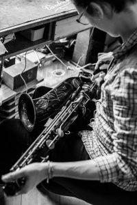 Nettoyage d'un axe d'un saxophone ténor